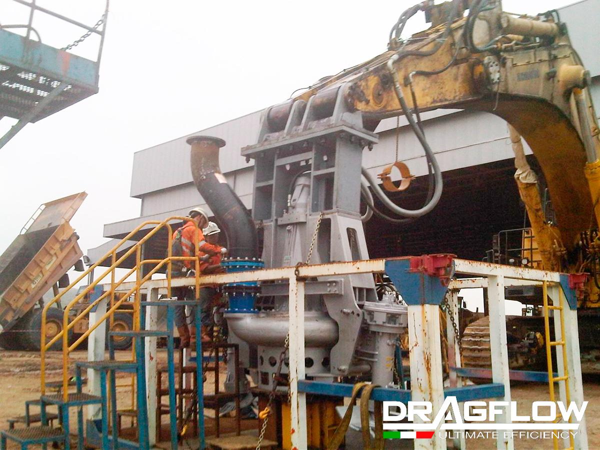 Дноуглубительный грунтовый насос DRAGFLOW HY400B c рыхлителями EXHY35 на стреле экскаватора.