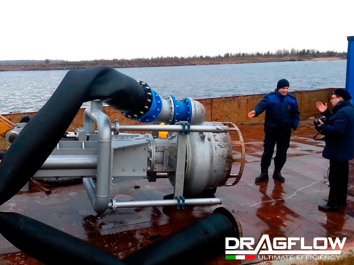 Дноуглубительный грунтовый шламовый насос DRAGFLOW HY300B на стреле экскаватора